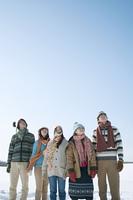 雪原に並ぶ若者たち