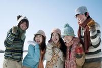 雪原で微笑む若者たち