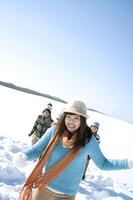 雪原を走る若者たち