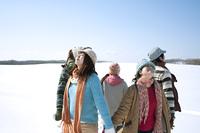 雪原で手をつなぐ若者たち