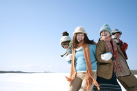 雪原でおしくらまんじゅうをする若者たち