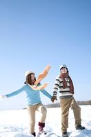 雪原で手をつなぐカップル