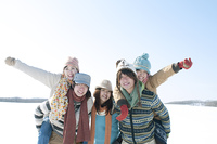 雪原でおんぶをする若者たち
