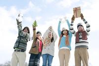クリスマスグッズを持つ若者たち