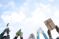 クリスマスグッズを持つ若者たちの手元