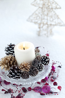 キャンドルとオーナメントとクリスマスツリー