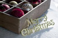 メリークリスマスのプレートとオーナメント