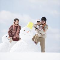 雪だるまを作る家族
