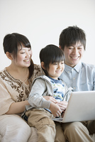ノートパソコンを見る家族