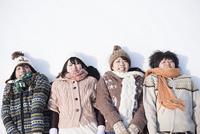 雪原に寝転ぶ大学生