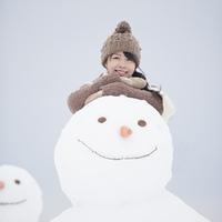 微笑む女性と雪だるま