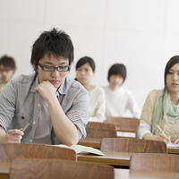 勉強をする大学生