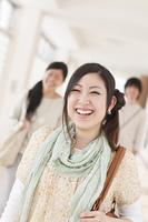 大学の廊下で微笑む大学生