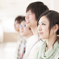 微笑む大学生の横顔