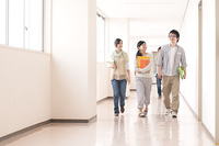 大学の廊下を歩く大学生