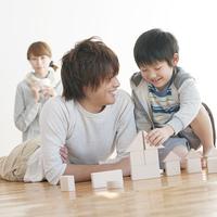 積み木で遊ぶ親子