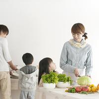 キッチンで食事の準備をする家族