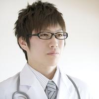 真剣な表情をする医者