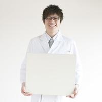 メッセージボードを持つ医者