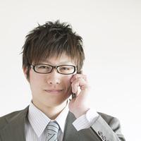 スマートフォンで電話をするビジネスマン