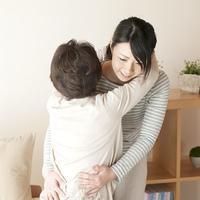 母親の介護をする娘