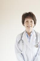 微笑む女医