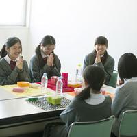 お弁当を前に手を合わせる中学生