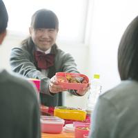 お弁当を見せる中学生