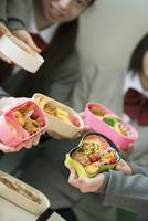 お弁当を持つ中学生の手元