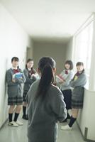 廊下で振り向く中学生