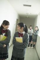 廊下を歩く中学生