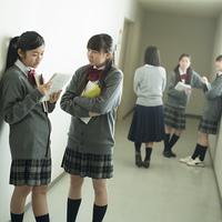 廊下で談笑をする中学生