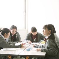 グループ学習をする中学生