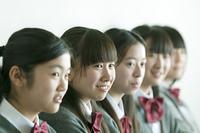 一列に並ぶ中学生