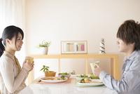 カップルの朝食風景