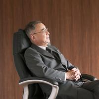 椅子に座るビジネスマン
