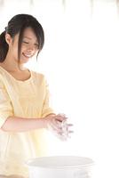 手洗いをする女性