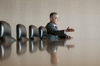 会議室で発言をするビジネスマン