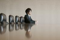 会議室で真剣な表情をするビジネスマン