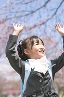 桜に手を伸ばす小学生