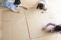 段ボールに地球の絵を描く子供たち
