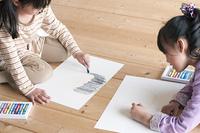 画用紙に絵を描く子供たち