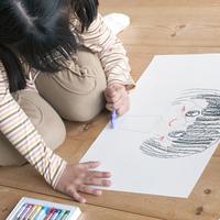 画用紙に絵を描く女の子