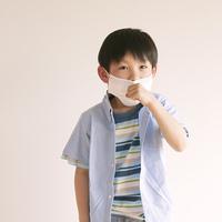 マスクをして咳をする男の子
