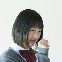 咳をする中学生