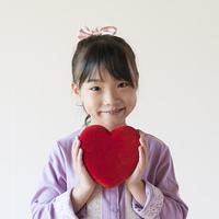 ハートを持ち微笑む女の子