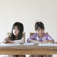 絵を描く2人の女の子