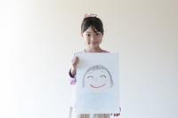 自分の描いた絵を見せる女の子