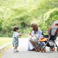 公園で子供と遊ぶ母親