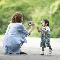 子供の写真を撮る母親